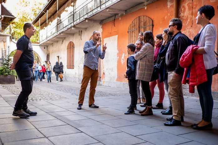 Oprowadzanie turystów podczas Krakow wycieczka po Kazimierzu