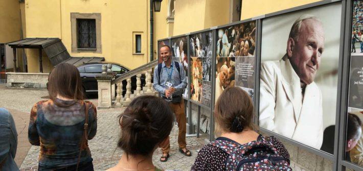 palac biskupi wystawa podczas wycieczki szlakiem Jana Pawla II w Krakowie