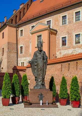 pomnik papieza podczas wycieczki po krakowskiej katedrze