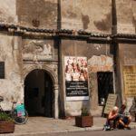 Turyści przed Synagogą Wysoką podczas Krakow wycieczka po Kazimierzu